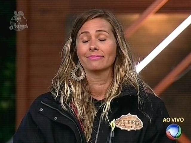 17.nov.2014 - Andréia Sorvetão devolve voto em Débora Lyra, dizendo que a Miss é imatura em