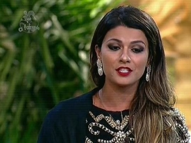 18.nov.2014 - Babi Rossi responde pergunta de internauta sobre Marlos Cruz durante disputa na roça contra Débora Lyra.