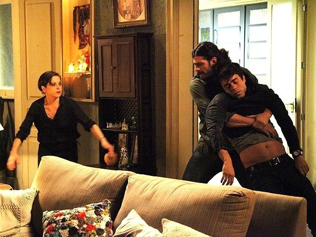 18.nov.2014 - Cora e Jairo pensam em sumir com Fernando, atingido quando tentava roubar o pedaço do diamante rosa da vilã