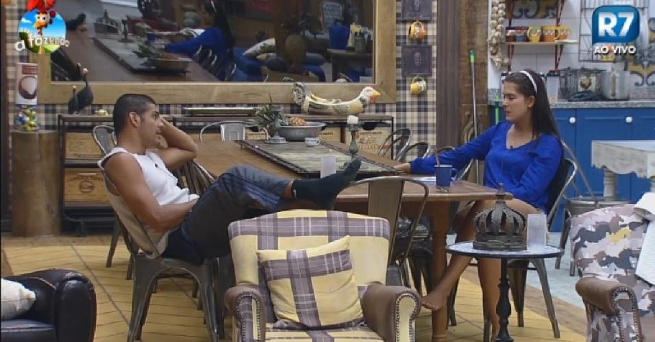 18.nov.2014 -Marlos conversa com Débora Lyra em
