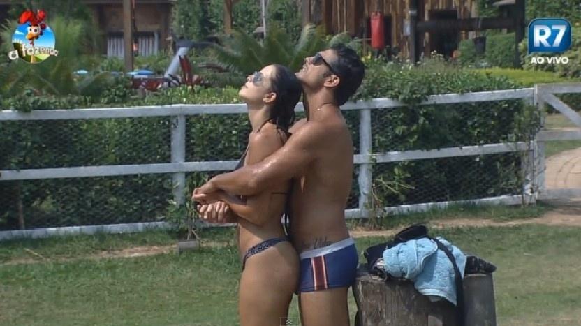 """Débora e Marlos tomam sol abraçados em """"A Fazenda 7"""""""