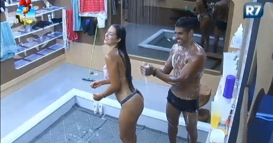 """Débora Lyra e Marlos tomam banho juntos em """"A Fazenda 7"""""""