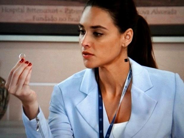 Sueli (Débora Nascimento) bem no momento em que é flagrada com o anel da jornalista