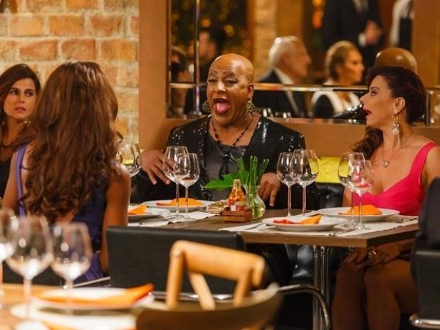 Xana fica com ciúmes de Naná após a manicure demonstrar interesse por funcionário do restaurante Vicente