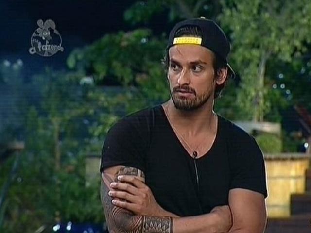 18.nov.2014 - Leo Rodriguez vota em MC Bruninha para a décima roça de