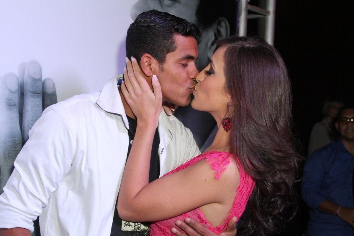 18.nov.2014 - Marcello Melo Jr. comemora seus 27 anos ao lado da namorada, Carol Alves, em festa na boate Miroir na zona sul do Rio de Janeiro, nesta terça-feira