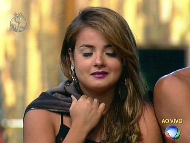 18.nov.2014 - MC Bruninha vota em Leo Rodriguez para a décima roça de