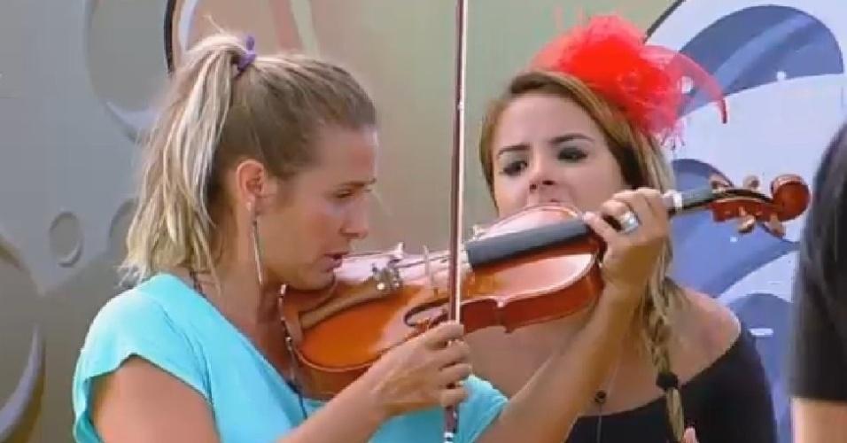 19.nov.2014 - Andréia Sorvetão tenta tocar violino durante ensaio para peça de teatro mudo em