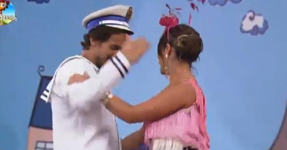 19.nov.2014 - Em atividade de teatro mudo, Leo Rodriguez e Babi Rossi fazem par romântico