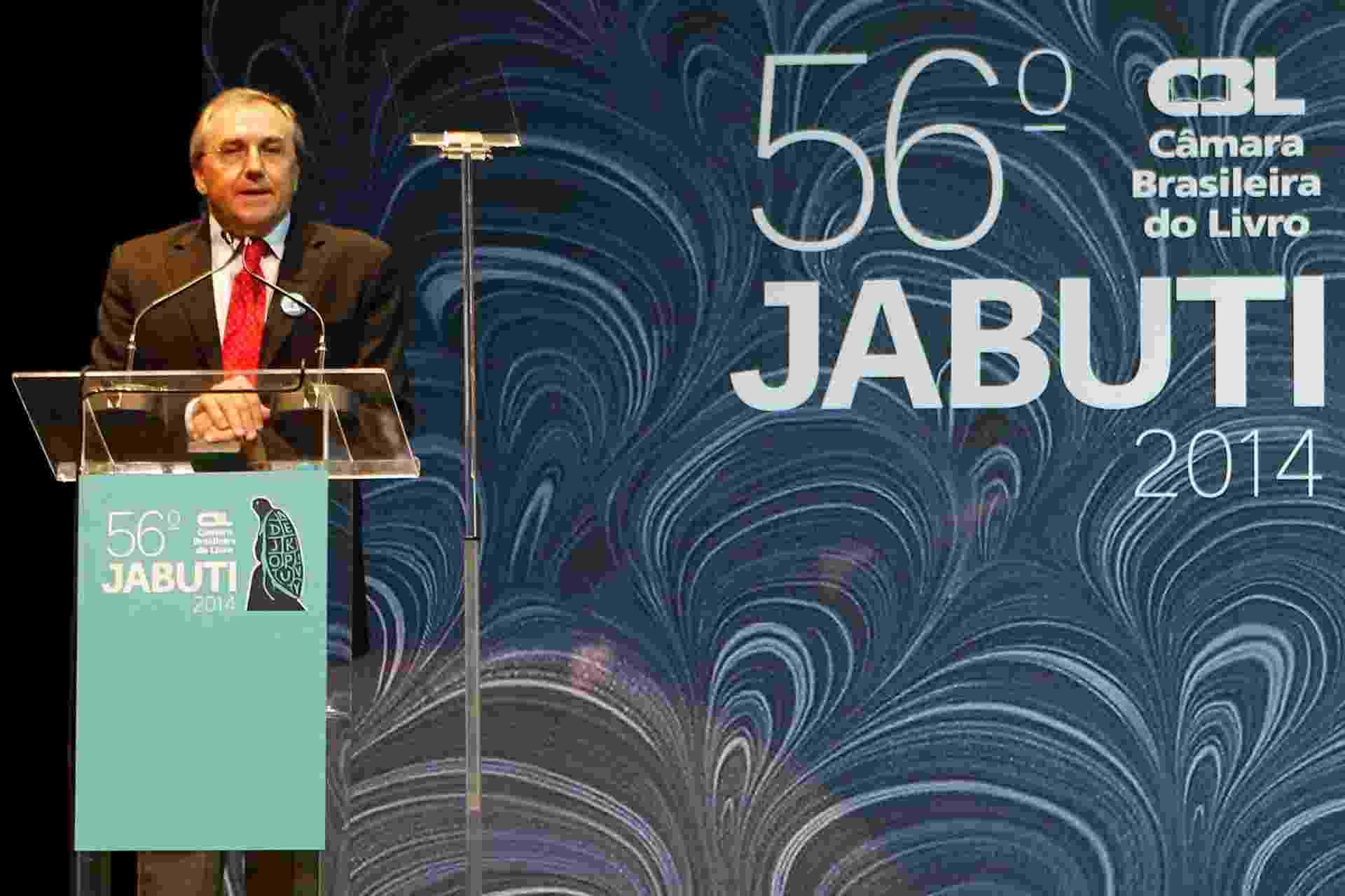 """18.nov.2014 - Laurentino Gomes recebe Jabuti de melhor livro de 2013 de não-ficção por """"1889"""" - Junior Lago/UOL"""