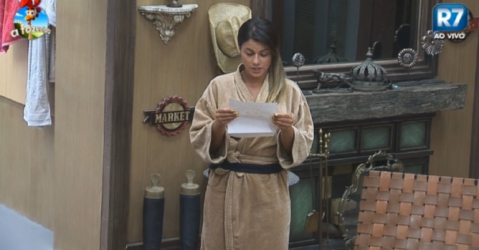 19.nov.2014- Babi lê carta de Débora para os peões em
