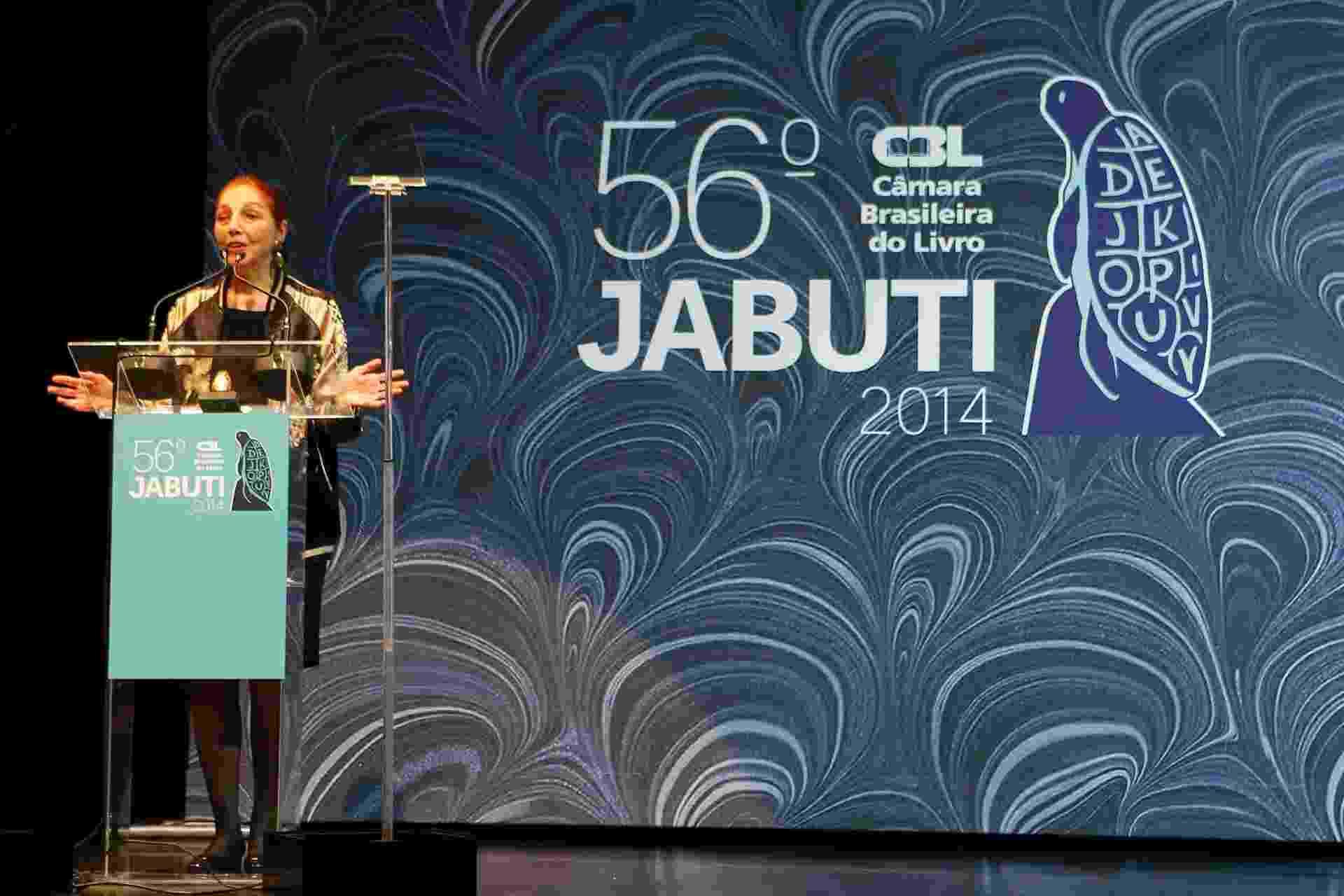 """19.nov.2014- Marina Colasanti recebe o prêmio de melhor livro de ficção de 2013 por """"Breve História de um Pequeno Amor"""", - Junior Lago/UOL"""