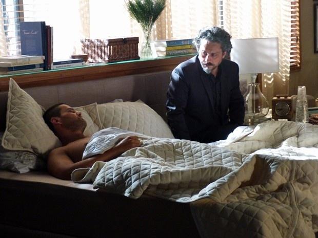 Após passar a noite com Maria Marta, Maurílio dá de cara com o Comendador ao acordar
