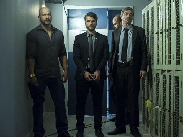 Edu (Bruno Gagliasso) chega à delegacia algemado depois de uma blitz policial e vai direto para uma cela