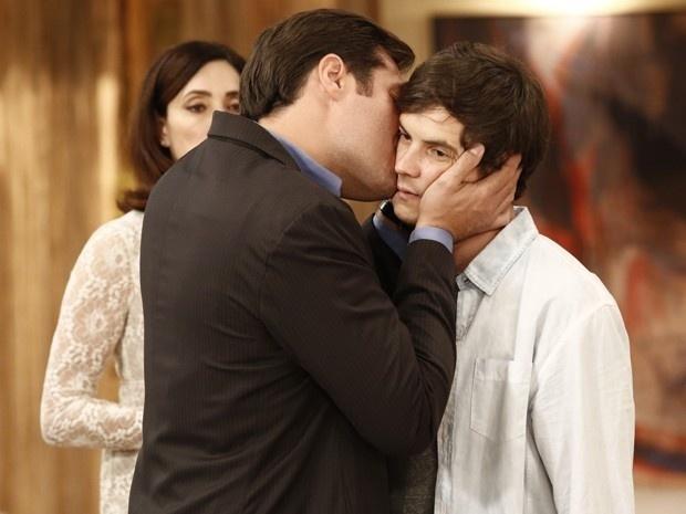 Falso, Marcos (Thiago Lacerda) recebe o irmão com um beijo