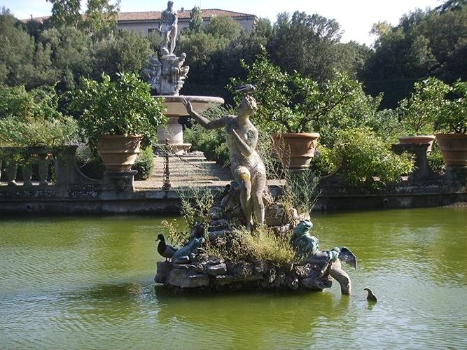 Jardim de Boboli   Florença (Itália): Atualmente aberto ao público, abriga uma coleção de esculturas dos séculos 16 a 18, com algumas antiguidades romanas, construções de pedra, avenidas de cascalho, fontes, e muito, muito verde. É um local de tranquilidade na turbulenta cidade de Florença