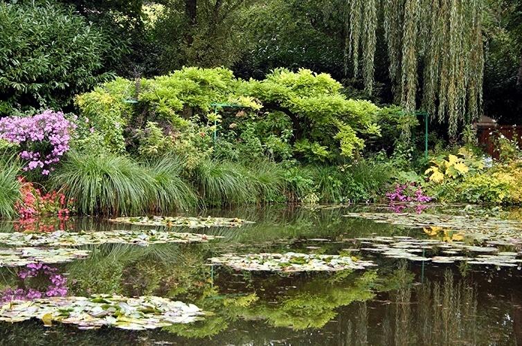Jardim do Monet | Giverny (França): Monet viveu lá até sua morte, em 1926. Após a Segunda Guerra, a casa ficou praticamente abandonada, até que em 1977 iniciou reconstrução do jardim. Desde 1890 está aberta ao público, atraindo cerca de 500 mil visitantes anualmente.