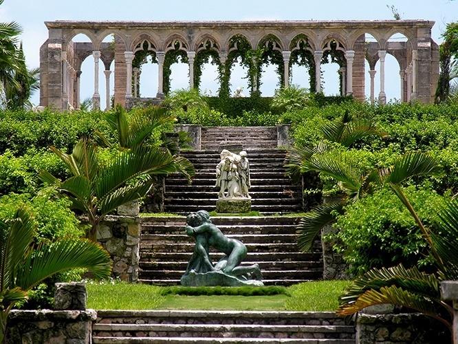 Jardim do palácio de Versailles   France:  É uma das principais atrações turísticas da França, considerado patrimônio da humanidade pela UNESCO. Cobrindo uma área de 800 hectares, o jardim real de Versailles conta com 50 fontes, muitas estátuas de bronze e mármore, e muitas árvores e áreas verdes, impecavelmente trabalhadas