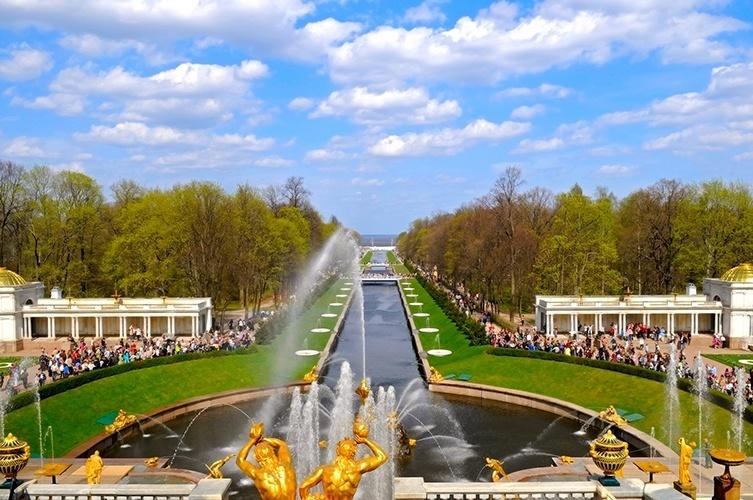 Jardim do palácio Peterhof  São Petersburgo (Rússia): Nos arredores da fonte, um imponente jardim de mais de 100 hectares, com mais de 20 fontes. Assim como o centro de São Petersburgo, é considerado Patrimônio Mundial pela UNESCO
