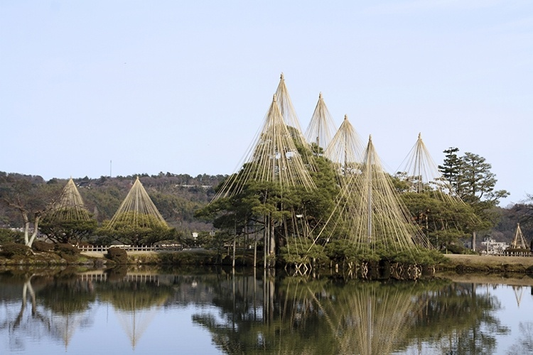 Kenrokuen   Kanazawa (Japão): São diversas lagoas, riachos, cachoeiras, pontes, casas de chá, árvores, pedras e flores. A água, que é abundante, é trazida desde um distante rio graças a um sofisticado sistema construído em 1632. De acordo com a tradição, possuí os seis elementos que compõe um jardim perfeito: espaço, reclusão, artificialidade, antiguidade, água abundante e vistas amplas.