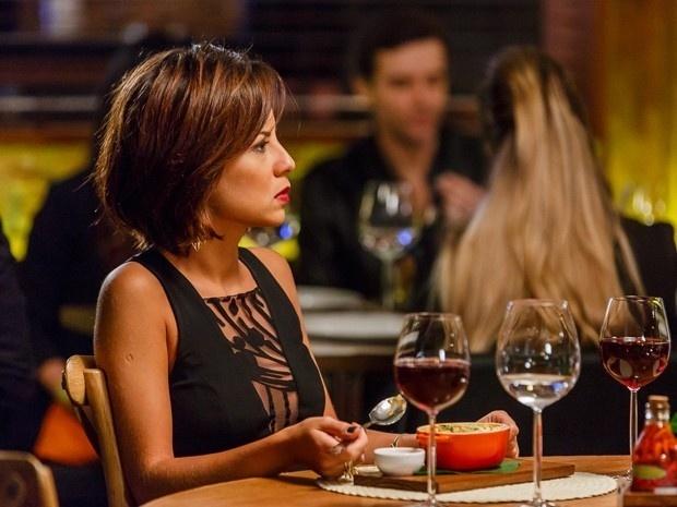 Maria Clara (Andreia Horta) fica chocada com a declaração do ex-noivo