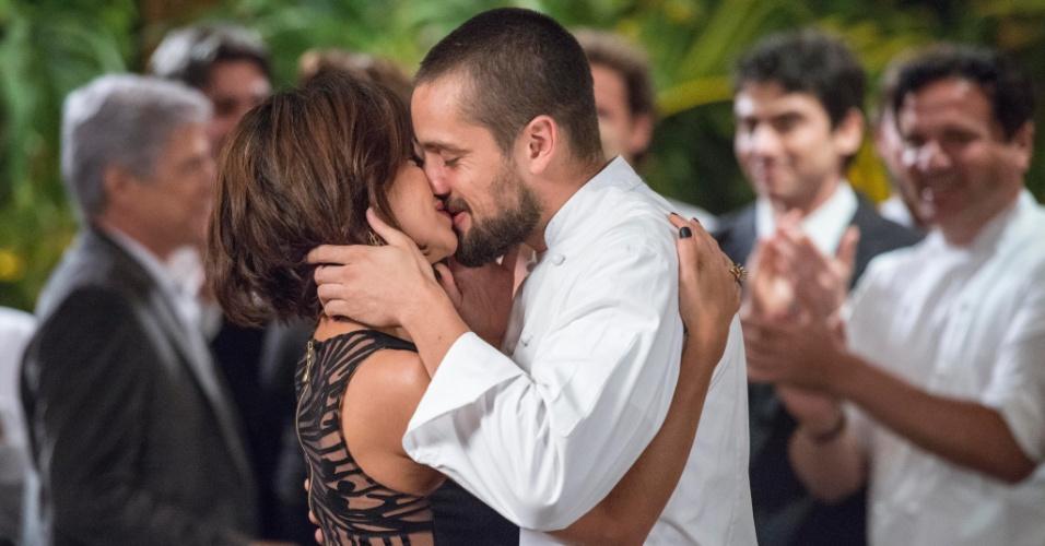 Maria Clara e Vicente assumem namoro na inauguração do restaurante
