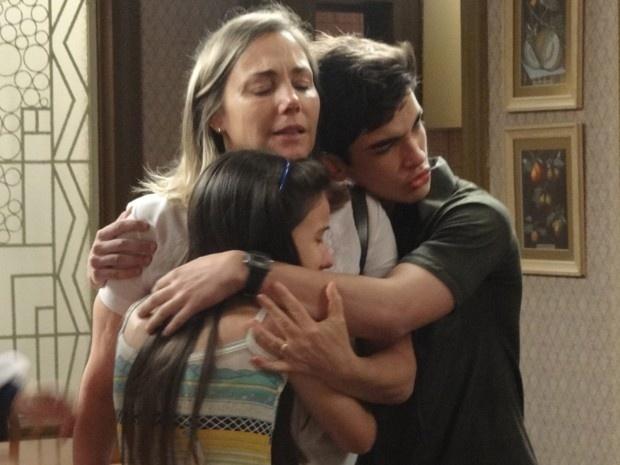 Otavio (José Victor Pires) e Claudia (Giovanna Rispoli) pedem para ir junto com a mãe