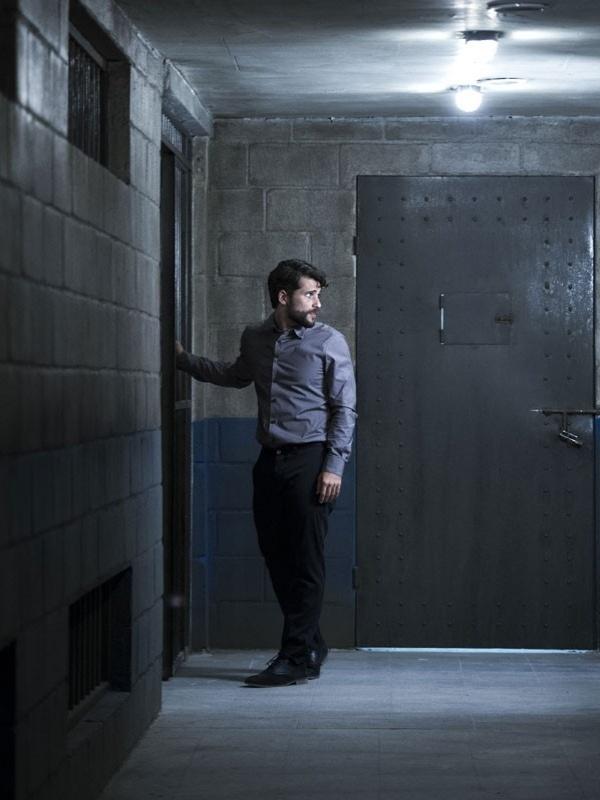Sozinho em uma cela, Edu (Bruno Gagliasso) controla os nervos e tenta planejar uma maneira de sair da prisão