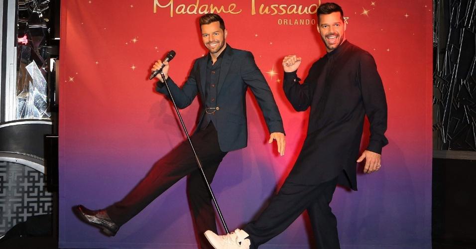 19.nov.2014 - Animado, Ricky Martin imita pose da estátua de cera que ganhou no museu Madame Tussauds de Las Vegas, nos Estados Unidos
