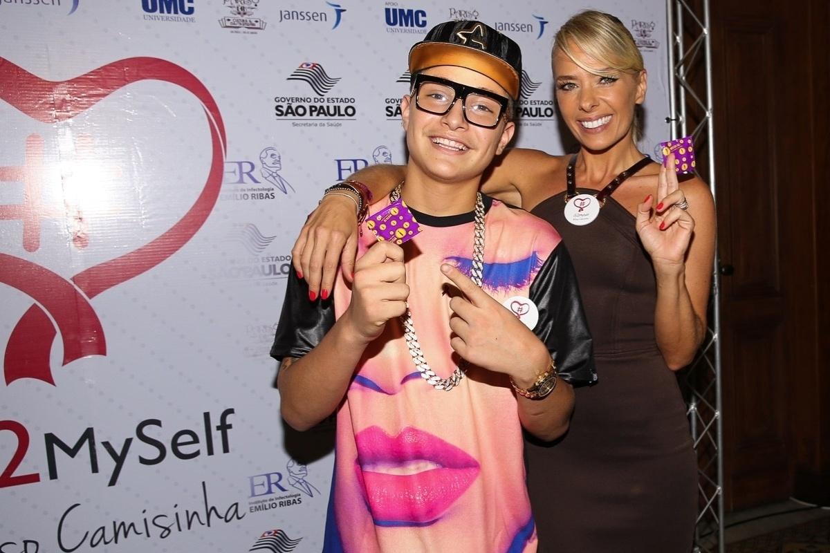 19.nov.2014 - MC Gui e Adriane Galisteu ganham camisinhas no lançamento da campanha