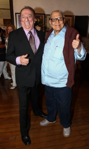 """19.nov.2014 - O apresentador Raul Gil e o humorista Ary Toledo se encontram no lançamento da campanha """"Desafio da Camisinha"""", nesta quarta-feira, em homenagem ao Dia Mundial de Combate à Aids, comemorado no dia 1º de dezembro"""