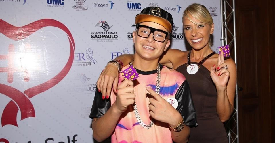 19.nov.2014 - MC Gui e Adriane Galisteu ganham camisinha no lançamento da campanha