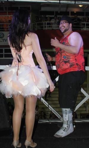 20.nov.2014 - Mesmo com o pé mobilizado, Tiago Abravanel divertiu a plateia do trio elétrico de Diana Dias na primeira noite do