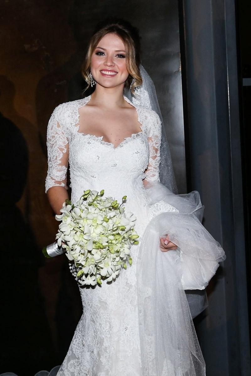 21.nov.2014 - A estudante de engenharia Gabi Baptista, noiva de Rodrigo Scarpa, deixa o hotel sorridente, em São Paulo