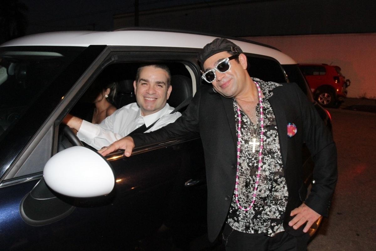 21.nov.2014 - Bola e Evandro Santo, o Christian Pior, chegam à cerimônia de casamento de Rodrigo Scarpa, o Repórter Vesgo do
