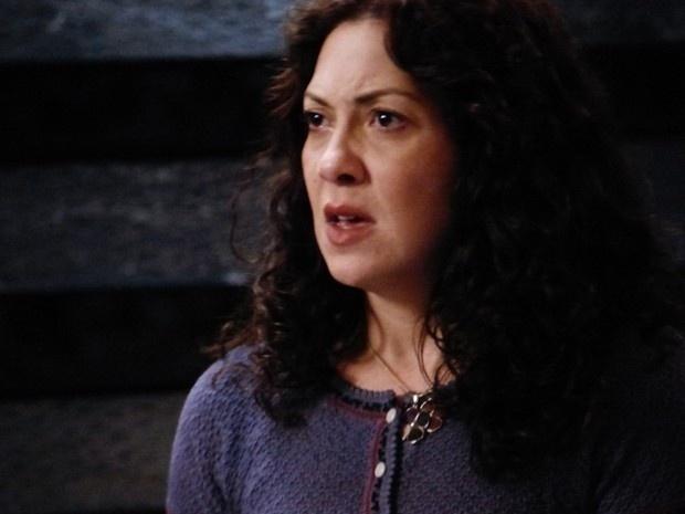 21.nov.2014 - Cristina fica possessa com o marido e molha todas as roupas dele