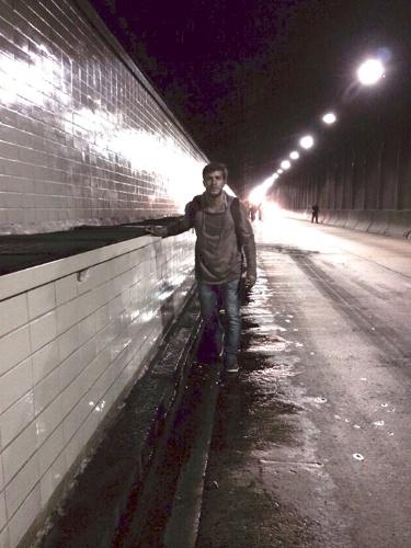 21.nov.2014 - De acordo com o blog, já passava das duas da manhã e a equipe gravava pela cidade deserta