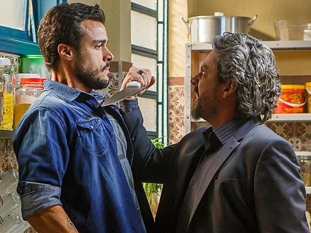 Enrico (Joaquim Lopes) é ameaçado por José Alfredo (Alexandre Nero) dentro do bar de Manoel (Jackson Antunes)