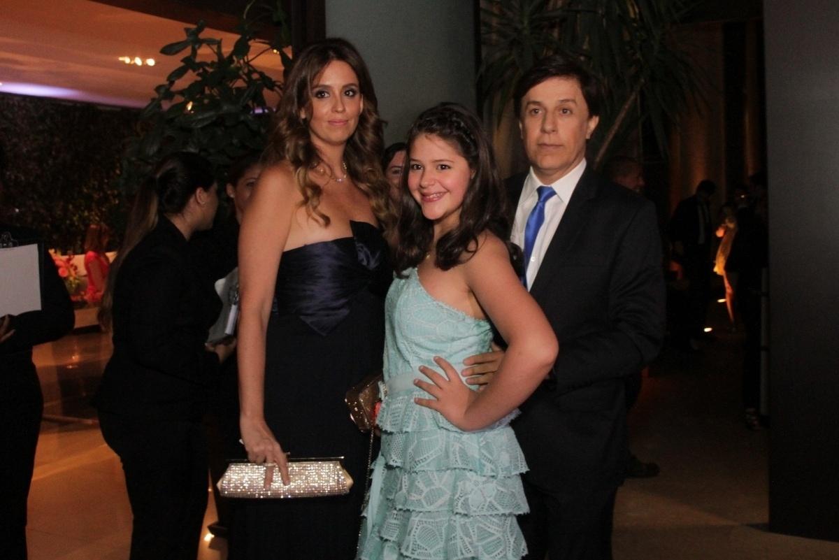 21.nov.2014 - O humorista Tom Cavalcante foi com a família ao casamento de Rodrigo Scarpa e Gabi Baptista
