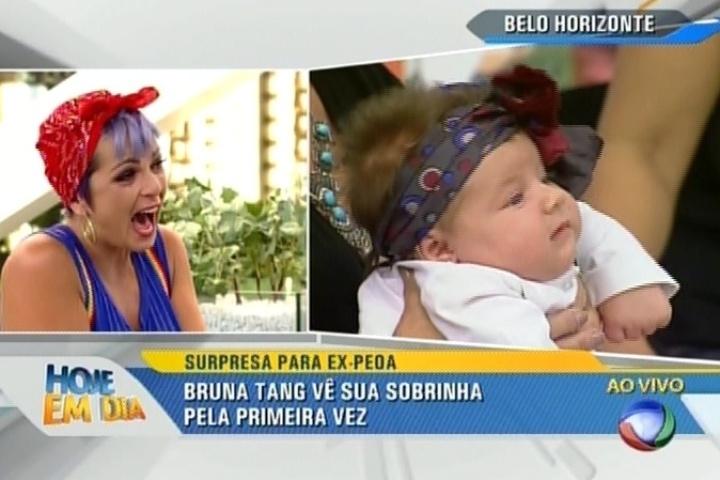 Bruna Tang vê a sobrinha pela primeira vez, que nasceu quando ela estava em