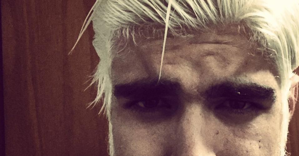 21.nov.2014 - Caio Castro surgiu com um visual bem diferente na noite desta sexta-feira: ele mostrou uma foto em seu Instagram na qual aparece com os cabelos e barba platinados e fez mistério do motivo de ter descolorido