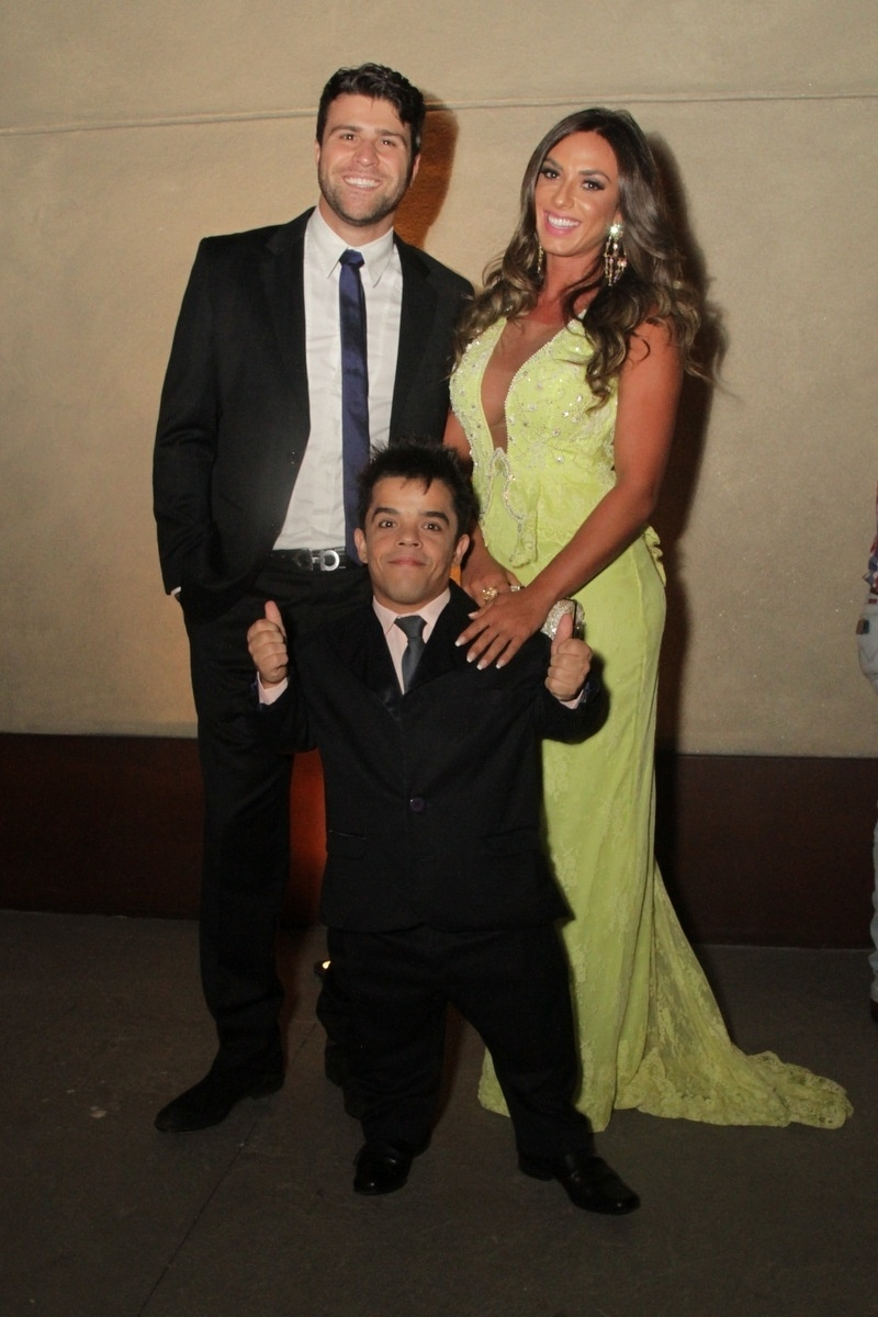 21.nov.2014 - O humorista Marcelo Zangrandi, a panicat Nicole Bahls e o anão Pedrinho se divertem da festa de casamento de Rodrigo Scarpa, o