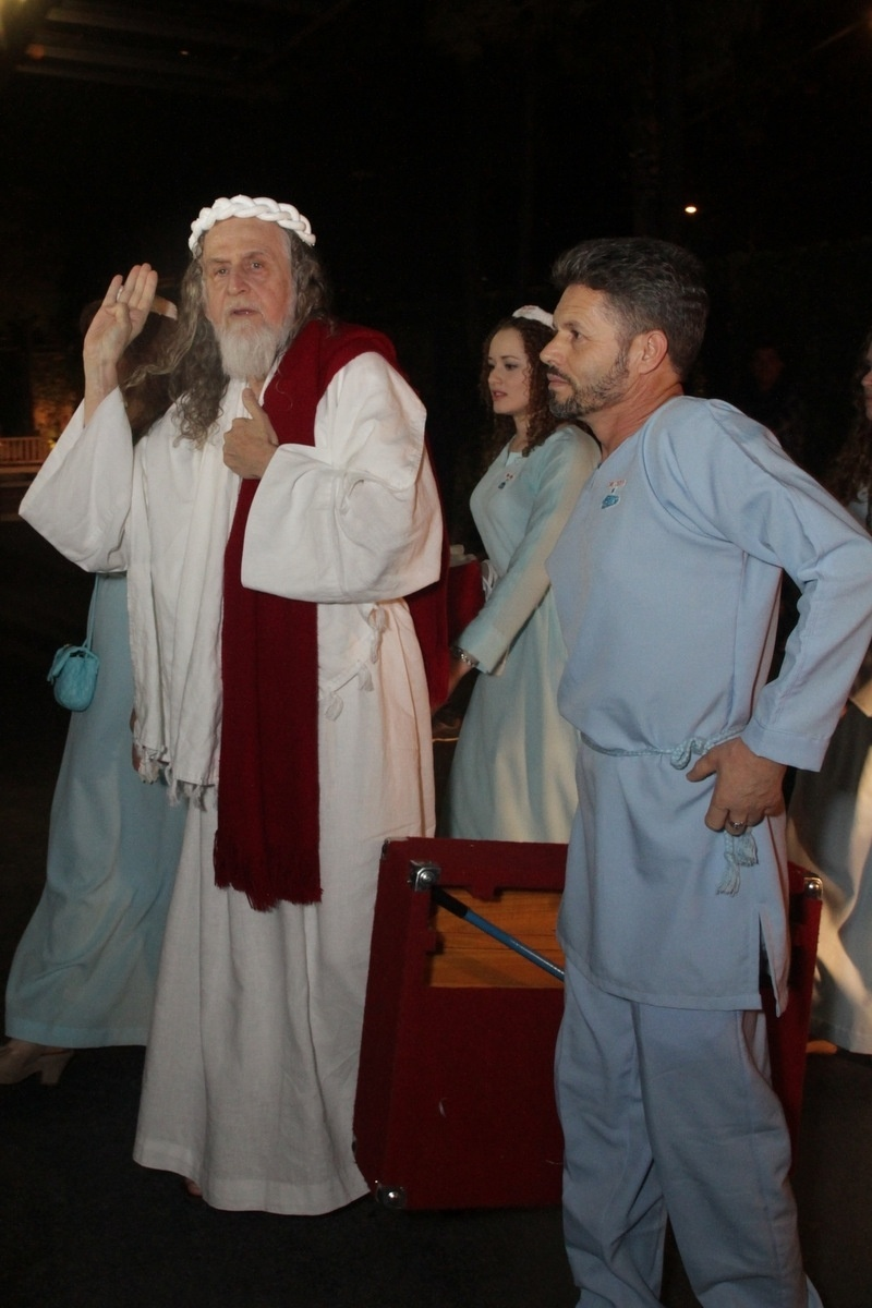 21.nov.2014 - Surpreendendo a todos os convidados, o polêmico Inri Cristo chega à festa de casamento de Rodrigo Scarpa, o