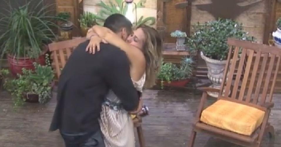 22.nov.2014 - Andréia Sorvetão abraça Marlos Cruz no fim da festa Cinema Mudo em