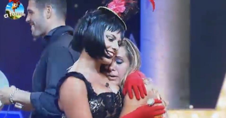 """22.nov.2014 - Andréia Sorvetão chora com saudades do marido Conrado e é consolada por Babi Rossi na festa Cinema Mudo de """"A Fazenda 7"""""""
