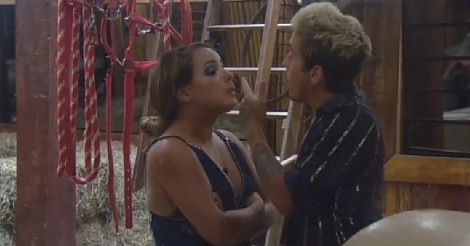 """22.nov.2014 - DH e MC Bruninha discutem no celeiro depois da festa Cinema Mudo de """"A Fazenda 7"""""""