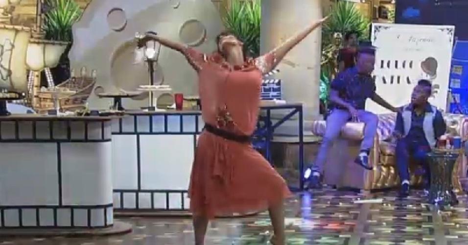 """22.nov.2014 - Heloisa Faissol faz pose depois de dançar samba na festa Cinema Mudo em """"A Fazenda 7"""""""