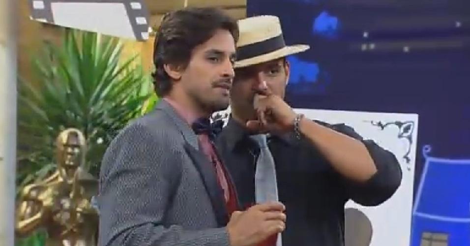 22.nov.2014 - Leo Rodriguez e Marlos Cruz conversam durante a festa Cinema Mudo em