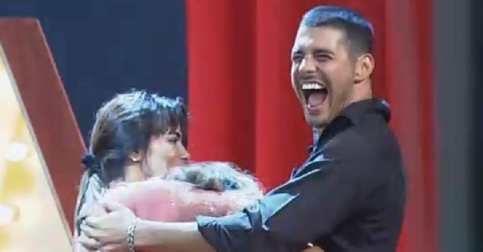 22.nov.2014 - Marlos Cruz dá gargalhada ao ouvir Heloisa Faissol contar que fez xixi na calça na festa Cinema Mudo de