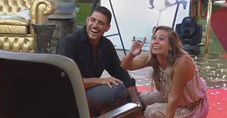 22.nov.2014 - Marlos Cruz e Andréia Sorvetão sentam no chão e dão risada de Babi Rossi em
